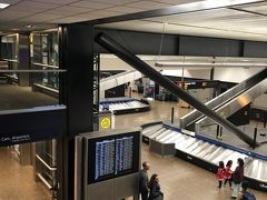 シアトル空港着。古いのか、カナダと比べると日の入らない、天井の低い空港でした。
