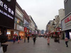 3日目は、同里古鎮に行って来たので、蘇州見物は夕方近くから。 時間も遅いので、お庭はスルーして、蘇州一の繁華街、観前街に行ってみました。 蘇州の銀座街っていう感じなんでしょうか(実際に、銀座っていうお店もありましたし。)、おしゃれな店と老舗みたいな店が同居していました。