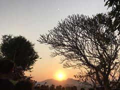 そして頂上で夕陽を待ちます。 すごい人混み。