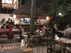 そして、今日の夕飯は、ナイトマーケットを抜けて、メインストリート沿いにある人気のレストラン、ココナッツガーデン。