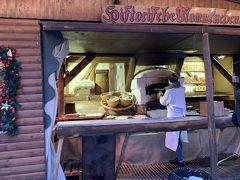 ナッシュマルクトでは、薪窯で焼くパン屋さんには 行列ができていました。