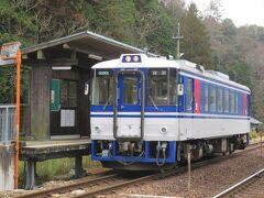 平福駅に到着。上郡から30分ほどです。オフシーズンの平日であったためか、降りたのは私を含めて二人だけ。列車は交換(行き違い)などのため、ここで15分ほど停車したのち、県境を越えて鳥取県の智頭へ向かいます。