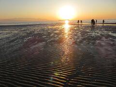 父母ヶ浜・・・日本のウユニ塩湖として人気なスポット  風のない夕方に、干潟が重なり、幻想的な光景  鏡のように湖面に映り込む姿と夕日がフォトジェニック