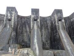 豊稔池堰堤・・・国の重要文化財にも指定された、日本最初期のコンクリート造堰堤  5連のアーチが重なるような姿は、古城のような雰囲気