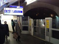 シャトレ駅に着きました。表示に従って乗り換えます。