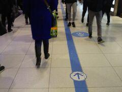 とりあえずギュウギュウ詰めになりながらパリ北駅には到着。あとは空港行のホームまで行けば大丈夫なはず。時刻は0915。1045がチェックイン締め切りですので、1時間半あります。通常は30~40分の所要時間ですので大丈夫なはずです。床の誘導案内に沿って進みます。