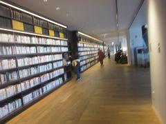 建物の中はというと、「来館者数日本一の図書館」と言われる大和市立図書館で、1階にはスタバもある と言っても所詮市立図書館って思ってたんですが、これまたどうして 何か開放的というか、かなりオープンな感じの図書館です