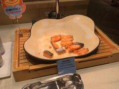 朝食をしっかり食べて、挑みます。 和食コーナーには塩鮭と。