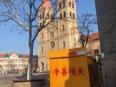 さて、バス停の下見も終わったので、散策開始。 聖ミカエル大聖堂にきました。 中国語と大聖堂。なんだか不思議。