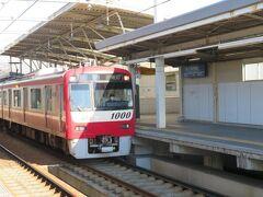 下り1番線に到着した快特三崎口行き。 種別は快特ですが堀ノ内駅から先の久里浜線内は各駅に停車します。