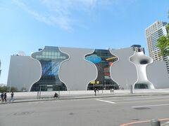 こちらは「台中オペラハウス(台中国家歌劇院)」。 この建物も日本人建築家・伊東豊雄氏が設計したのだとか...