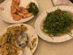 海鮮料理 鼻頭阿珠老店海鮮にて。 エビ、野菜(名前忘れたけれど深い田で作る青菜)、伊勢エビ、イカ、チャーハンを食す。グラム売りだから激安ではないが、日本よりはちょっとやすいかな??くらい。5人満腹で5400元。結構なlunchでした。イセエビは刺身→味噌汁にしてもらいました。