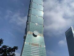 有名な台北101。中には入らず。 花火見てみたい。