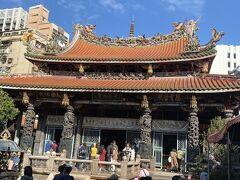 龍山寺 いろいろな神様がいる神社。 出産の神様にたくさんの花が。老若男女いる。