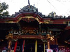 鮮やかな色の拝殿