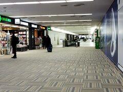 リムジンバスを地元→羽田空港→成田空港と乗り継いで、やってきました第二ターミナル。羽田を9:10発の成田行きに乗ったのですが90%位の乗車率でした。結構混んでいるんですね。成田空港自体は空いていて、カウンターで荷物預けて初めてファーストレーンを通ったらあっという間に出国できました。羽田空港国際線ターミナルの出国時には手を挙げて立たされて検査されましたが、こちらは国内線のようなゲートをくぐるだけでした。  ウン十年ぶりに成田空港へ来ましたが、羽田と比べたら地味~、ださ~、古~、ですね。天井低くて圧迫感あるし。
