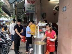 朝ごはんはブンチャーカーのお店 HON 注文が入ると店先で麺の入ったどんぶりに具材とスープを入れます。