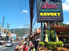 プーパッポンカリーを食べよう!と、いうことで、SAVOEYレストランに入ります。