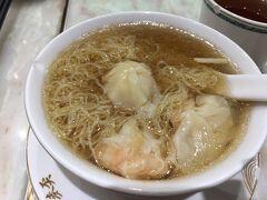 ピーク・ギャラリア内の「麥ガン黄雲?麵世家(Mak's Noodle)」。 香港初の食事はワンタン麺。かなり美味しかったのでオススメです!