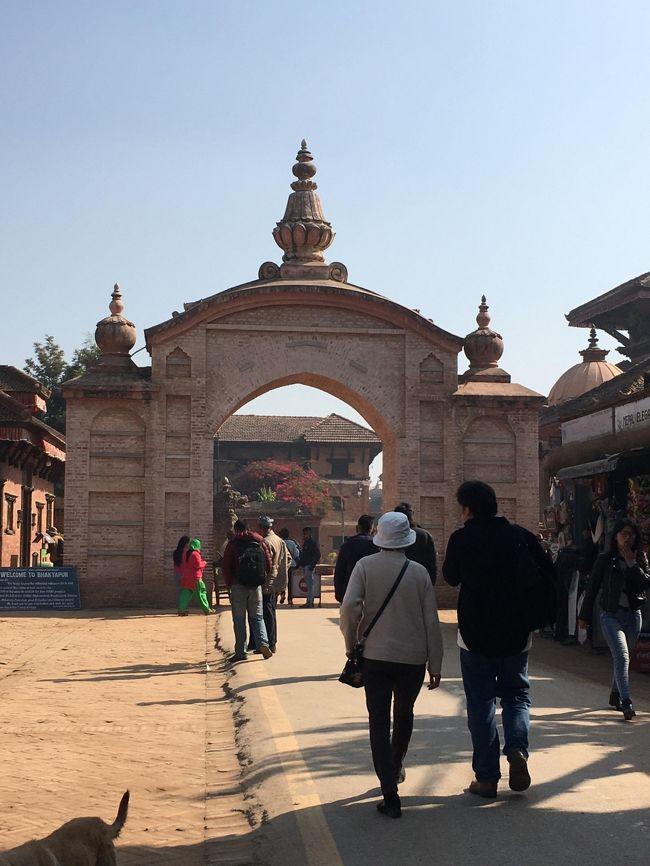では、バクタプルの観光をスタートさせましょう。<br /><br />ライオン・ゲートと呼ばれる門から中に入ると、そこは古都バクタプルの中心エリアであるダルバール広場。