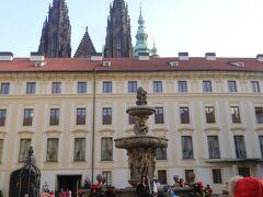 プラハ城 第二の中庭  中央には17世紀に造られたバロック様式の「コール噴水」 沢山の観光客が記念撮影中、、
