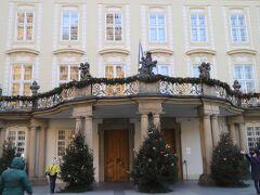 プラハ城   12世紀に建てられてから16世紀まで、歴代のボヘミア王が住んでいた「旧王宮」も 修繕中につき、CLOSED期間中、、  これは、事前に公表されていました、、 クリスマスデコレーションがなされた外観だけをパチリ、、