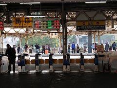 9時ちょっとに台南駅に着きました。  ここからバスで「安平老街」へ。  駅前にバス停があり、2番のバスで向かいました。