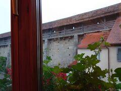最終日の朝です。このシュランネホテルは、ローテンブルク城壁近くにあるので、ホテルの窓から城壁が見えました。 窓から城壁が見えたので、朝食前に朝の散策に出かけることにしました。