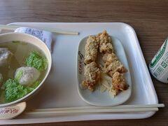 お昼ご飯は「周氏蝦捲」へ。 有名な炸蝦捲という海老をあげた物と虱目魚湯(魚団子のスープ)を頼みました。 ビールを尋ねると「Outside」と教えて貰ったので、隣の商店へ。  揚げ物はサクサクで海老がプリプリで美味しいです。 スープは優しいお味で体に良さそうな感じがします。