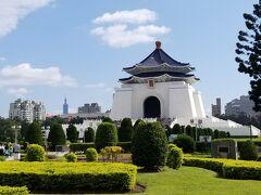 蒋介石紀念堂と遠くに見える台北101。 わかりやすく台北な景色。
