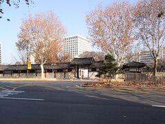 仁寺洞のメイン通りから外れてこちらの大通りへ。 向かい側に見えるのは「雲峴宮(ウニョングン)」