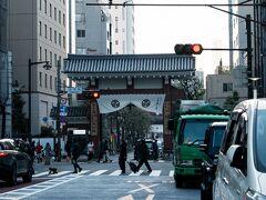 増上寺へ行くべき移動。 大門を発見。 桜咲く季節、通ったような通らなかったような?