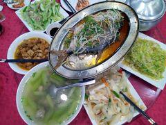 ハロン湾のホテルに着いた後、 歩いてレストランへ  今回のツアーで初めての晩御飯  台湾からのツアーだったので、 食事は中華風。  日本からのツアーとは食事内容が異なっていると思います。