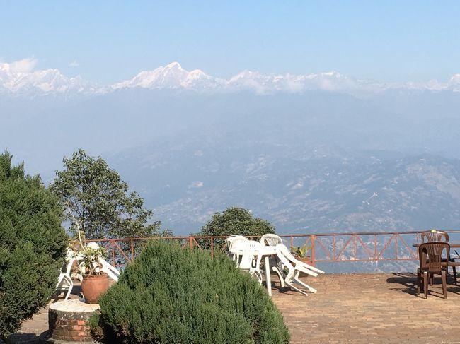 この日のランチは、ヒマラヤ山脈を望めるホテルのレストランから。<br />レストランの名前は「ニワニワ」。<br /><br />景色は素晴らしいのだが、ここまで行く道がかなり偏差値が高い。<br />すれ違いが鬼門。<br />少しでもハンドル操作を誤ったらどっちか落ちるで!という道。<br />ほんと、ネパール、インフラ整備を真剣にやろうよ!と感じたよ。