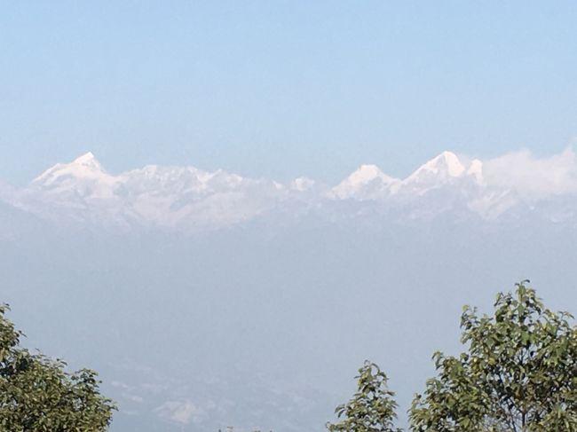 宿泊先のクラブヒマラヤホテルよりもヒマラ山脈に近く、よりくっきりと望むことができる。