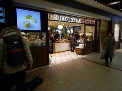 BURDIGALA EXPRESSでの朝食。東京駅構内でテーブルと椅子があり、テイクアウトで朝食を摂れるところがなくなってしまい、ここで朝食