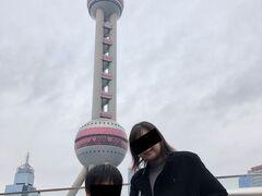 どんどん高層ビルが建ってる上海ですが、東方明珠をバックにしての記念撮影は基本ですね。
