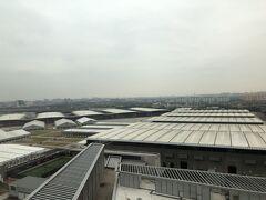 窓外は広大な展示場。 上海新国際博覧中心です。