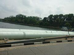 シンガポールに戻ります。 3本のパイプでマレーシアから水を買ってるみたいです。