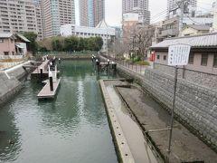 相生橋を渡り佃島へ入りました。隅田川から引かれた運河がありました。徳川幕府に建立を許された大幟の柱などが埋設されていました。