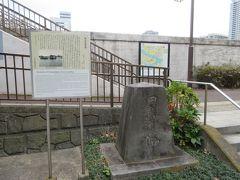 隅田川沿いに佃島渡船場跡の石碑がありました。佃大橋ができたことで廃止になった渡船の画像が載っている説明板がありました。