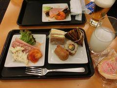 パシフィックラウンジで朝食をとる。 朝からビールか~~~い! (`ε´ )