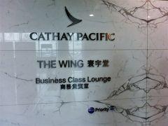 香港に着き、乗り換えの手荷物検査を受ける。 まず最初に、次に乗る飛行機の搭乗口を確認した。 これが遠かった。 「そのうち着くだろう、そのうち着くだろう」と言いつつ、到着した搭乗口から30分くらい歩いた。 ( ̄▽ ̄) なんてデカい空港なんだ。 おかげで、いい運動にはなった。  搭乗口から一番近いと思われるラウンジはウィングだった。 他に行きたいラウンジがあったのだが、また戻ってくるのが億劫でここに入った。 他にいくつもあるのに、我々はここばかりを利用している。
