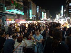 〇六合国際観光夜市  出店している店はほとんどが食べ物屋で、雑貨店は少ない。  歩いている人たちは、観光客もいるがローカルの人がほとんど。 タイやベトナムでもそうだが、東南アジアの人たちはどうしてナイトマーケットが好きなんだろう。