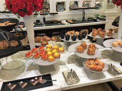 【 Tiffin Room  -Semi-Buffet Breakfast- 】 https://www.raffles.com/singapore/dining/tiffin-room/  2020年1月3日,シンガポール2日目は朝9時から,メインビルディング1階の「ティフィン・ルーム」でセミ・ブッフェの朝食。  写真は,ブッフェのプレゼンテーション。奥には,スモークサーモン,生ハムなどのコールドカットが並んでいます。