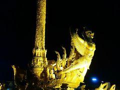 トゥンシームアン公園へ出てきました。 毎年7月に仏教関連のお祭りキャンドル・フェスティバルが この公園で開催されるそうです。  このモニュメントもタイらしい金色でライトアップ!