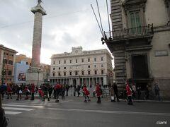 バスでコルソ通りに戻ったら、赤い服着た集団が。