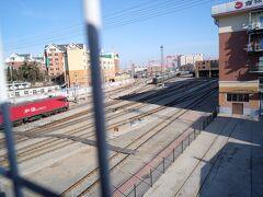 大連駅から大連港へ続く線路の上を渡って、、