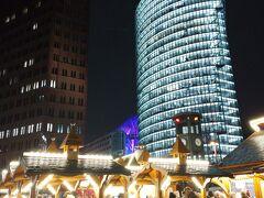 すごい! 数時間前までポツダム広場(Potsdamer Platz)と 都市ポツダム(Potsdam)で混乱してたのにw まだまだクリスマスです! むしろクリスマス!笑  ポツダム広場はオフィスビルや高級ホテルに囲まれた駅で、そこにこういうお店が並んで、みんなソーセージやビールやホットワインなどを口にしてて。いいですよね、なんか。寒いけど 笑