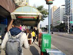 シャトルバスの停留所は、MRT中正記念堂駅2番出口の直ぐ横 改装中の南門市場の真ん前です